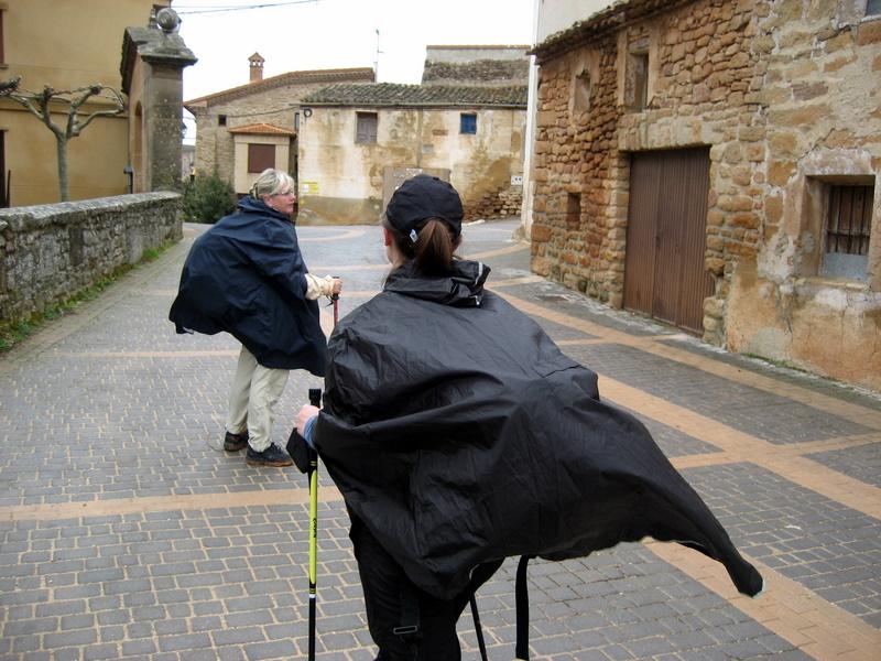 Med regnponcho på längs med el camino