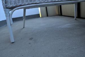 Tråkigt grått betonggolv på balkongen
