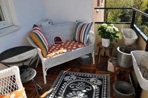 Möbler och kuddar på plats