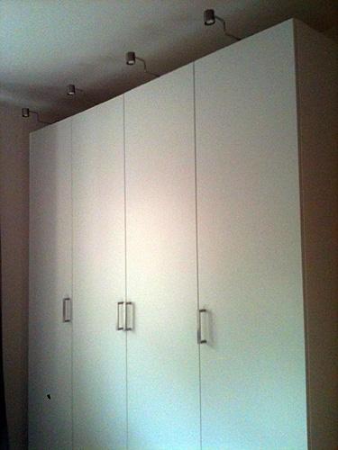 Monterade garderober med belysning och handtag