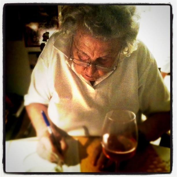 Mormor spelar tärning och dricker vin