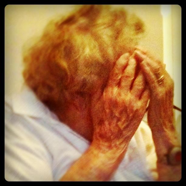 Mormor tittar på tevet