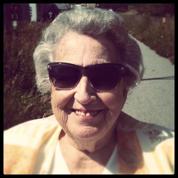 Tjusiga mormor på rullstolspromenad