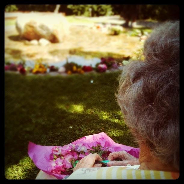 Mormor i minneslunden där morfar ligger begravd