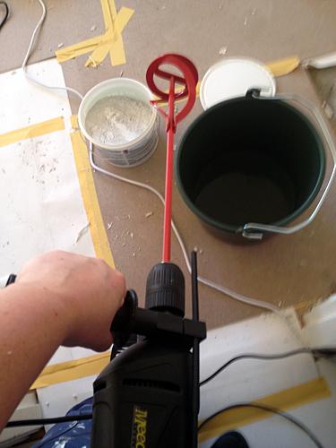 Borrmaskinen hopkopplad med en visp för att blanda bruket