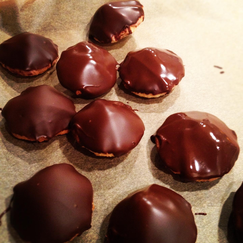 Chokladdoppade biskvier som ska stelna