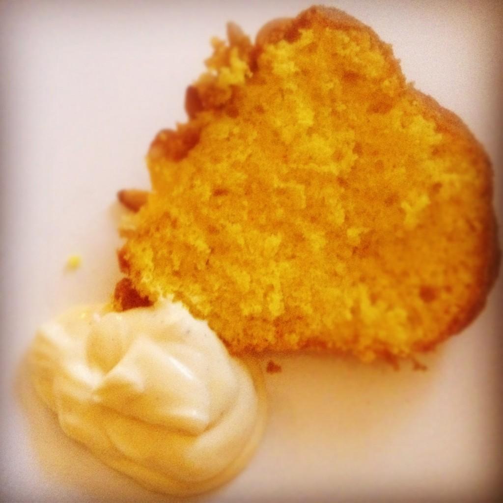 Saffran och pinjenötskaka - en sockerkaka med guldkant! Här serverad med vaniljkesella.
