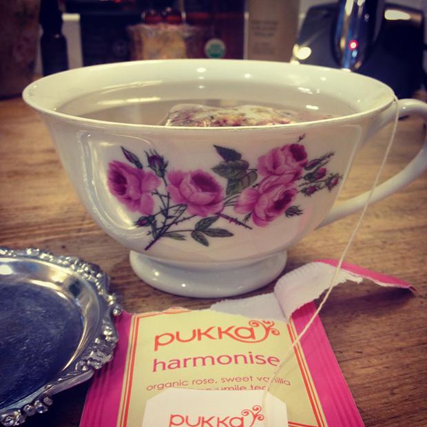 Självklart serverades jag ekologiskt te (jag dricker inte kaffe) på en grön salong