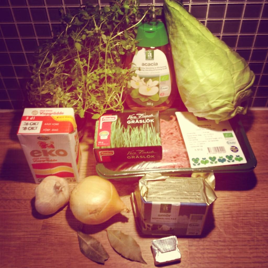 Ingredienser till Kålfräs med köttfärs och rårörda lingon