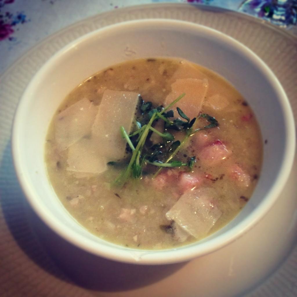 Kålsoppa med rosmarin, vitlök, citron och sidfläsk