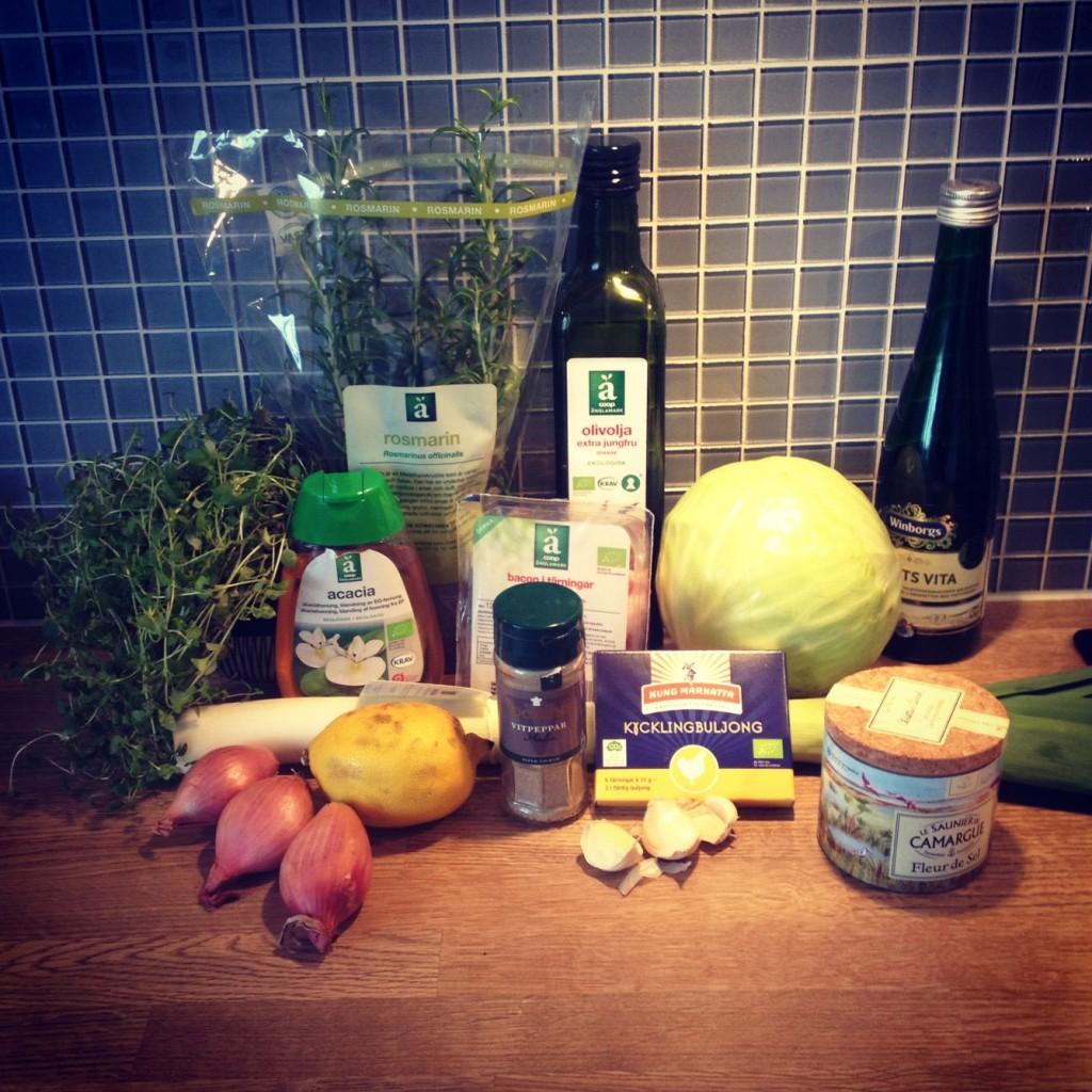 Ingredienserna till kålsoppan med rosmarin, vitlök, citron och sidfläsk