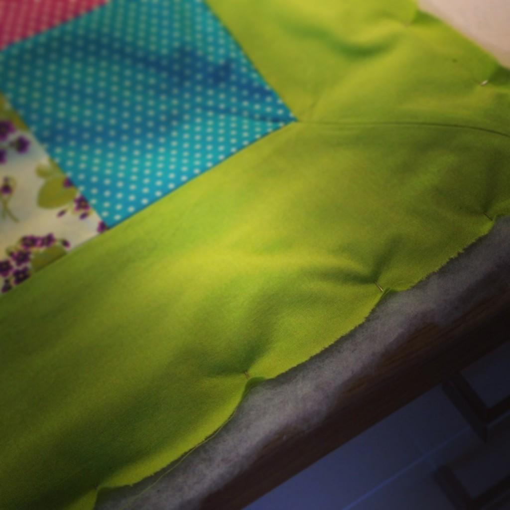 Nåla fast vadden på patchwork