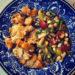 Blåvit proslinstallrik med grönsaker på